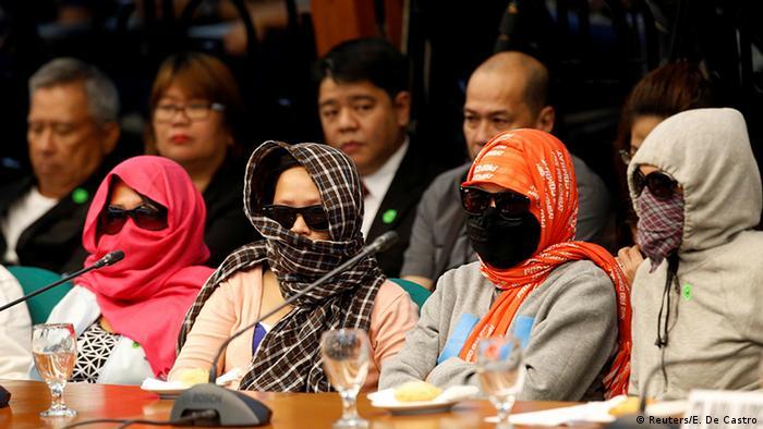 Philippinen Anhörung im Senat Angehörige von getöteten Drogensüchtigen (Reuters/E. De Castro)