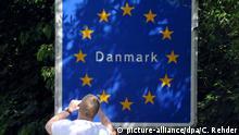 Ein Tourist fotografiert am Freitag (10.06.2011) das Danmark-Schild am deutsch-dänischen Grenzübergang zwischen Flensburg und dem dänischen Krusa. Die Proteste gegen die geplanten dänischen Grenzkontrollen zeigen Wirkung. Wie Sprecher der Parlamentsopposition ankündigten, wird es an diesem Freitag wohl nicht die bisher als Formalität geltende Bewilligung von Mitteln für die neuen Zollkontrollen im Kopenhagener Finanzausschuss geben. Foto: Carsten Rehder dpa/lno Copyright: picture-alliance/dpa/C. Rehder