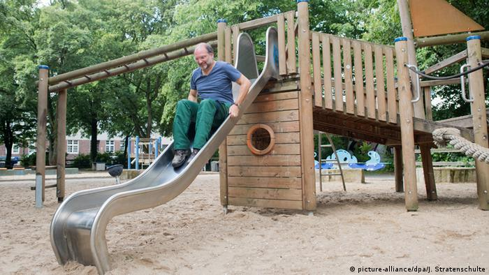 Kinderspielplatz in Hannover Kontrolle (picture-alliance/dpa/J. Stratenschulte)