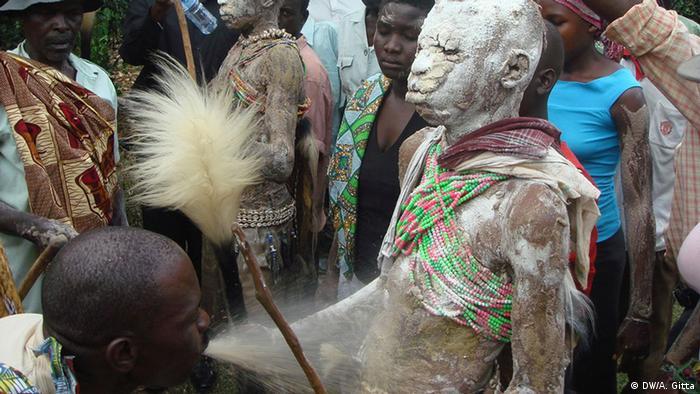 Ein Jugendlicher wird während einer Beschneidungszeremonie in Uganda mit weißem Pulver eingerieben.