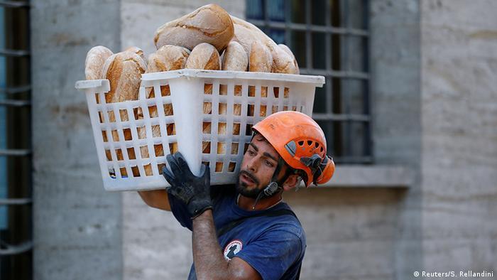 Спасатель несет корзину с булочками