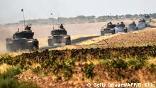 25.08.2016+++ This picture taken around 5 kilometres west from the Turkish Syrian border city of Karkamis in the southern region of Gaziantep, on August 25, 2016 shows Turkish Army tanks driving to the Syrian Turkish border town of Jarabulus. Turkey's army backed by international coalition air strikes launched an operation involving fighter jets and elite ground troops to drive Islamic State jihadists out of a key Syrian border town. The air and ground operation, the most ambitious launched by Turkey in the Syria conflict, is aimed at clearing jihadists from the town of Jarabulus, which lies directly opposite the Turkish town of Karkamis. +++ (C) Getty Images/AFP/B. Kilic