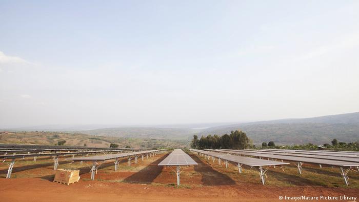 Solar-Farm in freier Landschaft in Ruanda