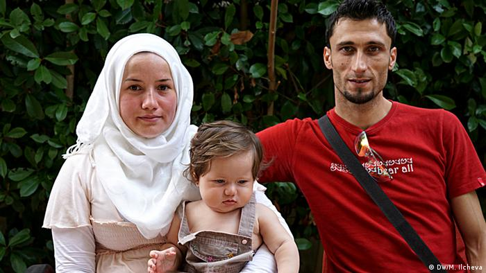 Syrische Familie mit Baby in Griechenland (Copyright: DW/M. Ilcheva)