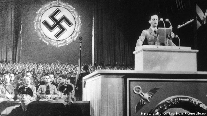Joseph Goebbels, dando un discurso en régimen nazista, en 1936.
