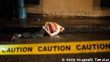 09.08.2016 ****MANILA, PHILIPPINES - AUGUST 09: (EDITOR'S NOTE: Image depicts death.) A bound victim of a summary execution with his eyes and mouth wrapped in packaging tape lies dead on a street on August 9, 2016 in Manila, Philippines. The death toll from the Philippines' war on drugs initiated by President Rodrigo Duterte has spiked to nearly 1,800 since he took office in June, a figure much higher than the 900 deaths previously cited by officials. International human rights advocates have condemned the killings as out of control and are calling on the government to end the nightly drug raids and investigate extrajudicial killings, although the president has lashed out at critics and threatened to withdraw from the United Nations. According to reports, investigations are still ongoing for 1,067 drug-related killings, reportedly carried out by vigilantes but it was unclear how many were directly related to the illegal drug trade. (Photo by Dondi Tawatao/Getty Images) Copyright: Getty Images/D. Tawatao