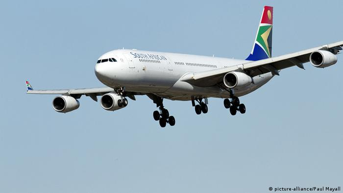 Südafrika Airline South African Airways Flugzeug im Landeanflug (picture-alliance/Paul Mayall)