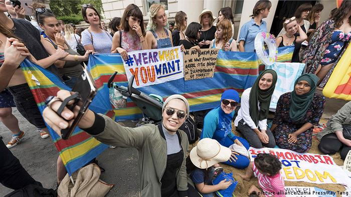 London Burkini Beach Party Demonstration (picture-alliance/Zuma Press/Ray Tang)