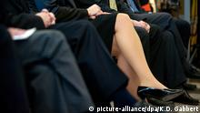ARCHIV - ILLUSTRATION - Die Beine einer Frau sind am 26.03.2010 bei einer feierlichen Veranstaltung in Berlin zwischen denen ihrer männlichen Kollegen zu sehen. Viele Frauen verdienen auch heute noch im gleichen Job und bei gleicher Qualifikation weniger als ihre männlichen Kollegen. Die Unternehmensberatung Kienbaum hat das im Auftrag des NRW-Arbeitsministeriums modellhaft im Kreis Unna untersucht. Am 05.02.2016 stellt das Ministerium die Ergebnisse vor. Foto: Klaus-Dietmar Gabbert/dpa (zu dpa/lnw vom 05.02.2016) +++(c) dpa - Bildfunk+++   Verwendung weltweit BG Die Top-Branchen für Berufseinsteiger © picture-alliance/dpa/K.D. Gabbert