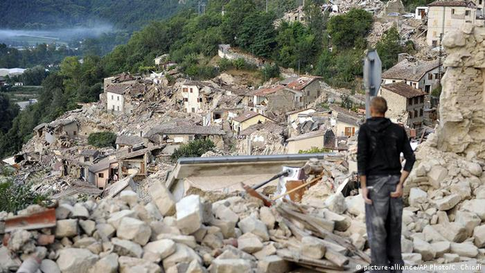 Italien Erdbeben Pescara del Tronto Überlebender vor Trümmern