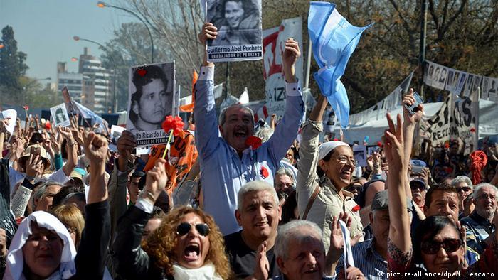 Varios miles de personas siguieron la lectura del fallo en las calles alrededor del tribunal y celebraron las condenas a los exrepresores.