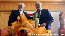 25. Aug 2016 Iranian Foreign Minister Mohammad Javad Zarif, left, and Chilean Foreign Minister Heraldo Munoz embrace during a meeting at the Foreign Ministry Building in Santiago, Chile, Thursday, Aug. 25, 2016. Zarif is on a six-nation tour of Latin America that includes Cuba, Nicaragua, Ecuador, Bolivia and Venezuela. (AP Photo/Esteban Felix)   copyright: picture-alliance/AP Photo/E. Felix