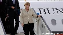 23. April 2016 German Chancellor Angela Merkel (R) steps off a plane during her visit to Turkey on April 23, 2016, at Gaziantep airport in Gaziantep. German Chancellor Angela Merkel touched down in Turkey today for a visit along with top EU officials aimed at boosting a crucial deal Europe hopes will ease the worst migrant crisis since the Second World War. / AFP / - (Photo credit should read -/AFP/Getty Images) copyright: picture-alliance/dpa/D. Ondrej