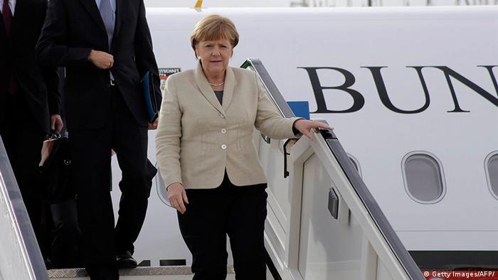 Symbolbild: Kanzlerin Merkel verlässt das Regierungsflugzeug (Foto: dpa)