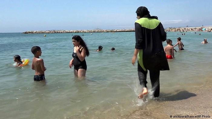 Frankreich Frau mit Burkini am Strand von Marseille