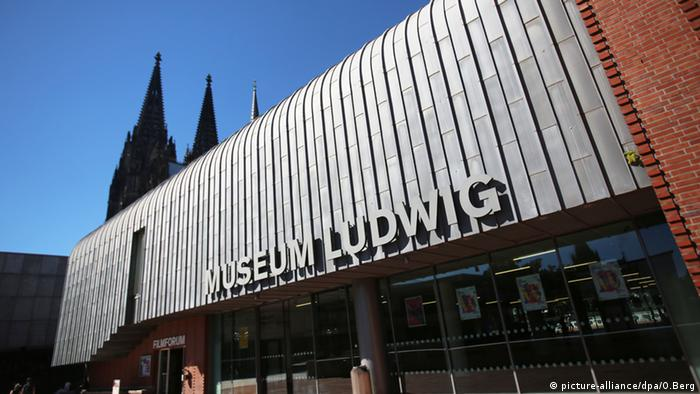 outside of Museum Ludwig buidling, brick and sheet metal, with spires of the cathedral visible in the background (Foto: picture-alliance/dpa/O.Berg).