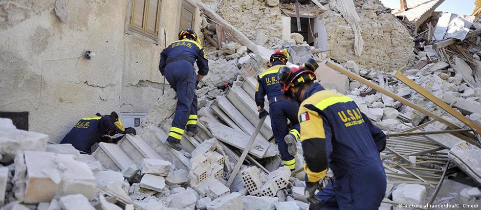 Funcionários da Defesa Civil italiana inspecionam a aldeia de Pescara del Tronto