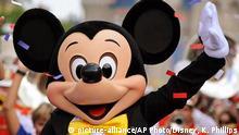 ** ARCHIV ** Auf einem von Disney herausgegebenen Foto winkt eine Micky Maus-Puppe am 29. Aug. 2008 waehrend einer Parade im Vergnuegungspark Magic Kingdom in Lake Buena Vista, USA. Am Dienstag, 18. November2008 wird die wohl beliebteste Maus aller Zeiten 80 Jahre alt. (AP Photo/Disney, Kent Phillips) ** zu unserem KORR ** ** FILE ** In this image released by Disney Mickey Mouse waves to the crowd, Friday, Aug. 29, 2008, during a parade at the Magic Kingdom park in Lake Buena Vista, Fla. (AP Photo/Disney, Kent Phillips) Disney, Kent Phillips