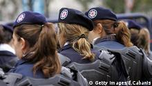 Türkei Polizistinnen Vor der Heiligen Geist Kathedrale in Istanbul