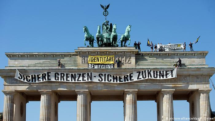 An Identitarian banner hanging from the Brandenburg Gate (picture-alliance/dpa/P. Zinken)