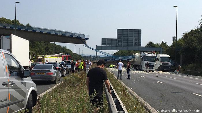 England Grafschaft Kent Unfall LKW Brücke auf der Autobahn M20