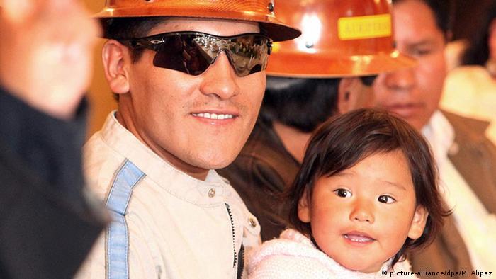 Bolivien Geretteter Mienenarbeiter Carlos Mamani mit Tochter
