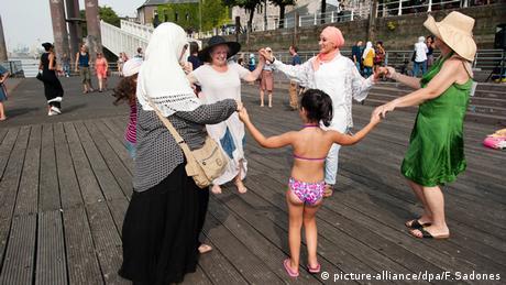 Frauen tanzen im Kreis (Foto: picture-alliance/dpa/F.Sadones)