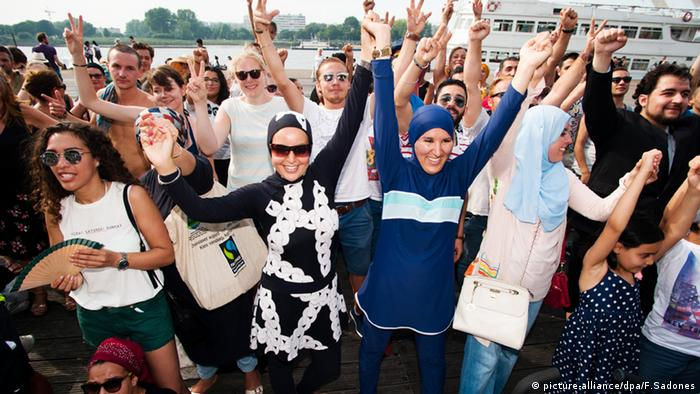 Antwerpen Belgien Burkini Party Protest (picture-alliance/dpa/F.Sadones)