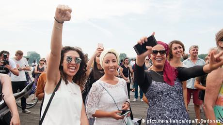 Frauen strecken Faust in Luft (Foto: picture-alliance/dpa/F.Sadones)