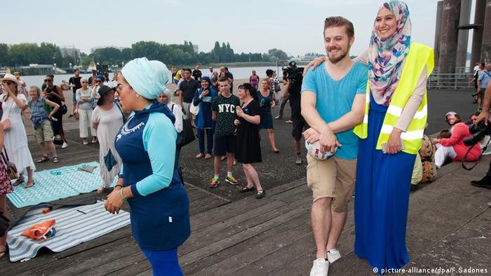 Belgien Burkini Party Protest (Foto: picture-alliance/dpa/F.Sadones)