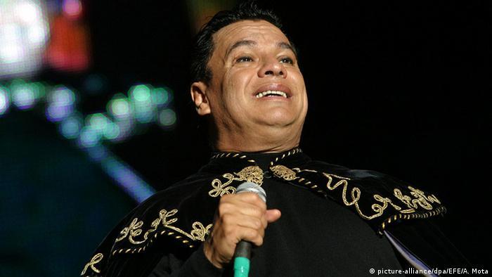 Alberto Aguilera Valadez, más conocido como Juan Gabriel, nació en Michoacán. Fue cantautor y actos, y sus contribución a la música popular latinoamericana es amplia. Canciones como No me vuelvo a enamorar lo hicieron un bastión de la música regional mexicana y de toda Latinoamérica. Murió en su casa de Santa Mónica, California, el 28 de agosto de 2016, a los 66 años, de un paro cardíaco.