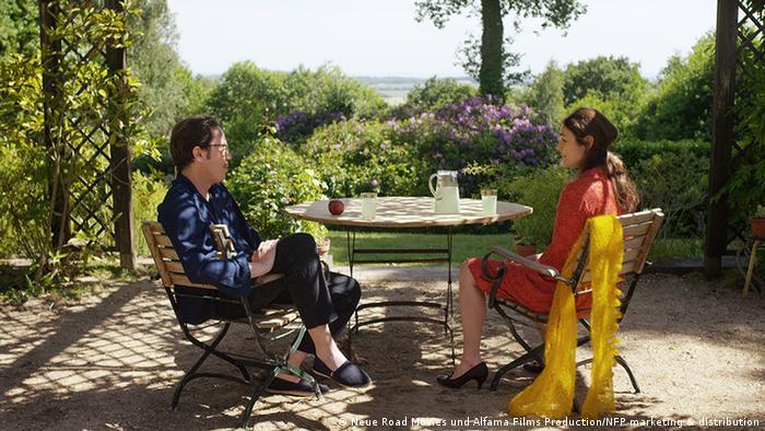 Filmstill Die schönen Tage von Aranjuez mit Sophie Semin und Reda Kateb auf der Terasse (Neue Road Movies und Alfama Films Production/NFP marketing & distribution)
