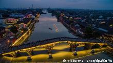 (160828) -- HANGZHOU, Aug. 28, 2016 () -- Tourists walk on the ancient Guangji Bridge in Tangqi Town, Hangzhou City, capital of east China's Zhejiang Province, Sept. 24, 2015. The 11th G20 summit will be held from Sept. 4 to 5 in Hangzhou. (/Xu Yu) (ry) | © picture-alliance/dpa/Xu Yu