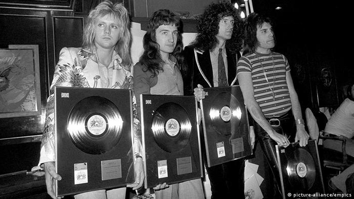 Queen mit Goldenen Schallplatten (Foto: dpa)