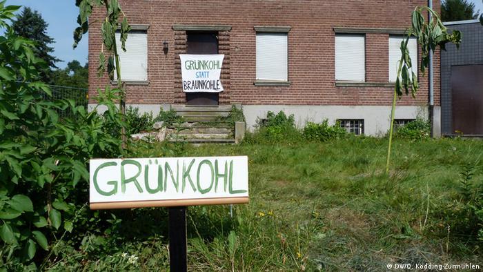 Klimaaktivisten haben ein Banner mit der Aufschrift Grünkohl statt Braunkohle an ein verlassenes Haus im Dorf Immerath im rheinischen Braunkohlerevier gehängt (DW/O. Ködding-Zurmühlen).