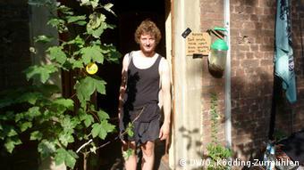 Klimaaktivist Hannes steht im Hintereingang einer verlassenen Schule im Dorf Immerath, das infolge des Braunkohleabbaus umgesiedelt wird (Foto: DW/O. Ködding-Zurmühlen)
