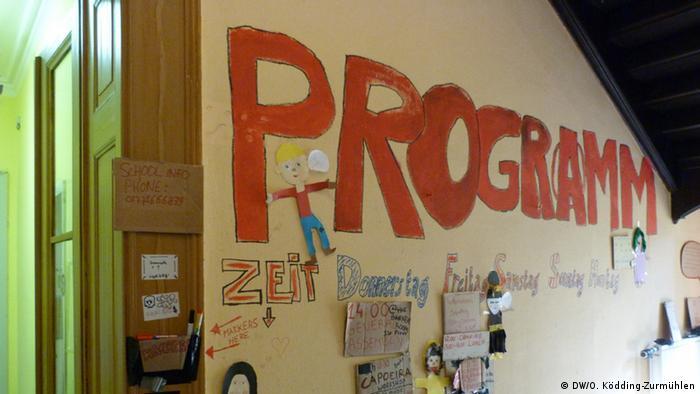 An der Wand einer von Aktivisten besetzten Schule in Immerath hängt ein Plan für Workshops und Kurse (Foto: DW/O. Ködding-Zurmühlen).