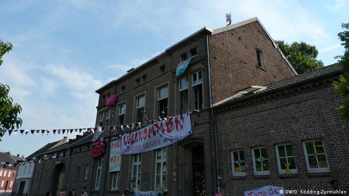 Aktivisten haben eine Schule in Immerath besetzt und mit Bannern versehen (Foto: DW/O. Ködding-Zurmühlen).