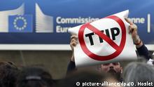 12.7.2016 *** FILE - epa05421326 Activists protest against the Transatlantic Trade and Investment Partnership (TTIP) in front of the EU commission building during the 14th round of TTIP negotiations in Brussels, Belgium, 12 July 2016. EPA/OLIVIER HOSLET (zu dpa«Gabriel wirbt für kleines Ceta - und erklärt großes TTIP für tot» vom 28.08.2016) +++(c) dpa - Bildfunk+++ Copyright: picture-alliance/dpa/O. Hoslet