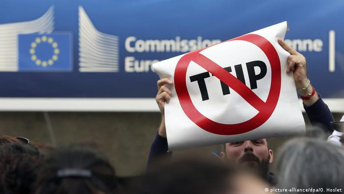 TTIP Europa USA (picture-alliance/dpa/O. Hoslet)