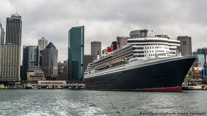 Australia Queen Mary 2 Cruise ship in port (picture-alliance/Pacific Press/H. Peterswald)