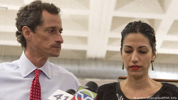 USA Anthony Weiner und Huma Abedin Pressekonferenz in New York (picture alliance/dpa/EPA/A. Kelly)