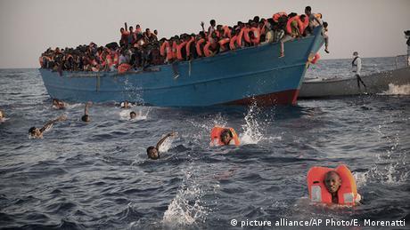 Dem Tod entgangen: Migranten aus Eritrea springen ins Wasser, als Rettungsboote nahen © picture alliance/AP Photo/E. Morenatti