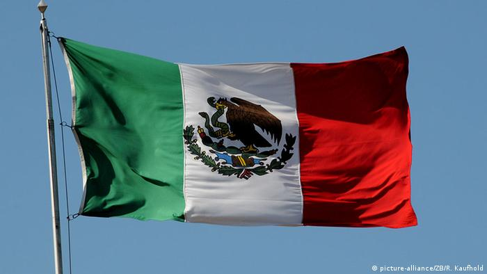 Mexiko Nationalflagge in Yucatan (picture-alliance/ZB/R. Kaufhold)