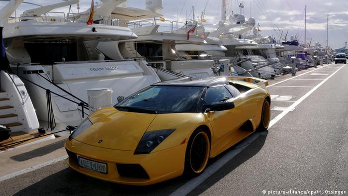 Spanien Mallorca - Auto der Marke Lamborghini im Yachthafen Portals Nous (picture-alliance/dpa/H. Ossinger)
