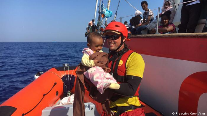 Gerard Canals holding child Copyright: Proactiva Open Arms