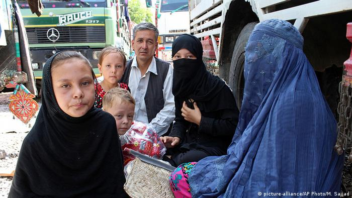 Pakistan Peschawar UNHCR Flüchtlingslager (picture-alliance/AP Photo/M. Sajjad)