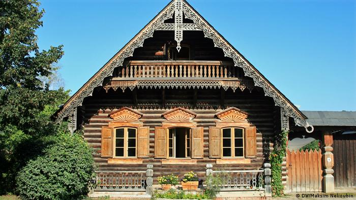 a traditional German timbered house with a Russian style veneer (DW/Maksim Nelioubin)