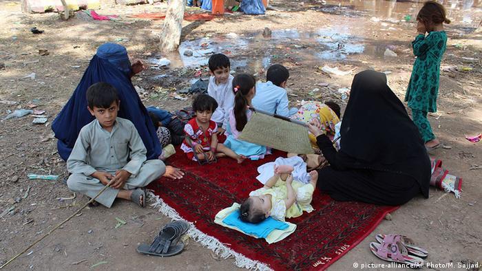 Pakistan Peschawar UNHCR Flüchtlingslager Frauen Kinder (picture-alliance/AP Photo/M. Sajjad)