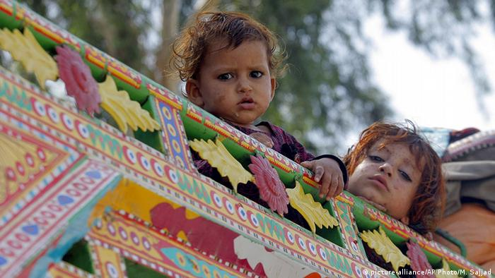 Pakistan Peschawar UNHCR Flüchtlingslager Kinder (picture-alliance/AP Photo/M. Sajjad)